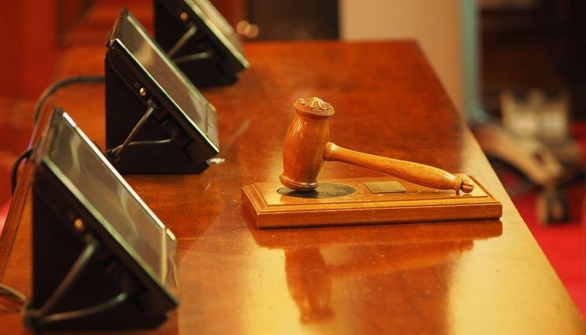 De e-Court onder vuur